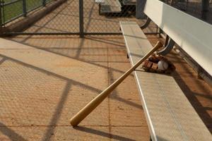 baseball e mazza in panchina foto