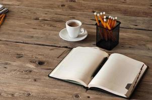 taccuino in bianco sulla tavola di legno con foto