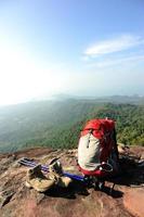 escursioni sulla scogliera del picco di montagna foto