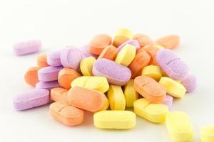 compresse antibiotiche colorate su bianco foto
