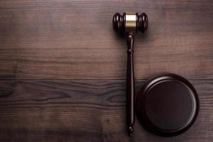 giudice martelletto su fondo di legno marrone foto