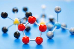 diverse molecole chimiche su una superficie blu foto