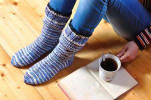 la ragazza si siede sul pavimento con il vecchio libro foto