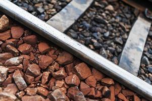 binario della ferrovia vecchia linea con pietra