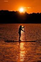 donna su un paddleboard foto