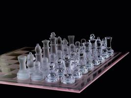 pezzi opposti del pezzo degli scacchi sulla scacchiera foto