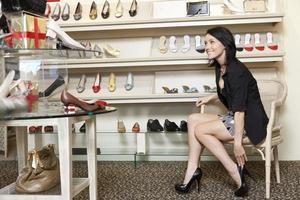 donna nel negozio di scarpe