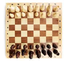 scacchiera con pezzi degli scacchi isolati su bianco