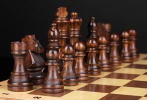 scacchiera con pezzi degli scacchi isolati su fondo nero