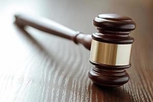 martelletto dei giudici in legno e ottone