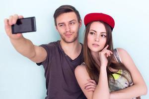 coppia amici prendendo selfie insieme indossando abiti estivi pantaloncini di jeans