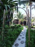 passerella per massaggi in pietra nel resort dell'isola foto