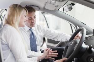 venditore che mostra auto al cliente