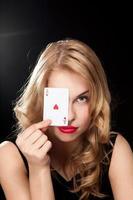 giovane donna che gioca nel gioco d'azzardo foto
