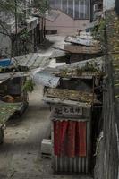 correre giù per le baracche in un vicolo di Hong Kong foto