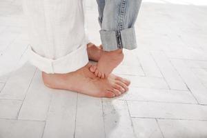 i piedi del papà e del figlio di nove mesi foto