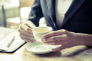 donna che beve il tè foto