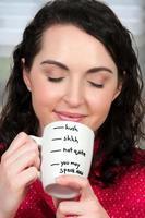 donna che beve il caffè