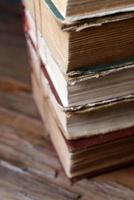 vecchi libri sul primo piano tavolo foto