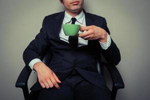uomo d'affari che beve caffè foto