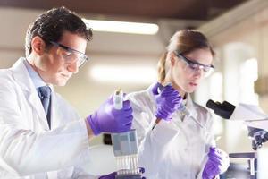 pipettaggio attraente giovane scienziato. foto