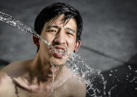 uomo acqua potabile foto