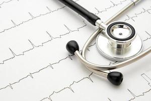 stetoscopio su elettrocardiogramma foto