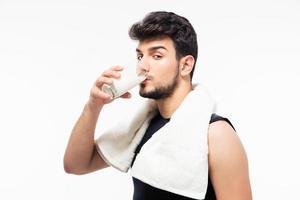 uomo bello bere latte foto