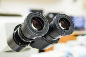 microscopio di oculari del primo piano. foto