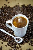 il caffè caldo si prepara da bere foto