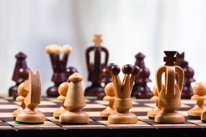 pezzi degli scacchi sulla scacchiera foto