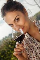 giovane donna che beve vino foto