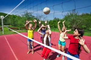 gioco di pallavolo tra i bambini che giocano attivamente foto