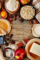 fondo di legno di cottura con mele, noci, miele, farina e burro