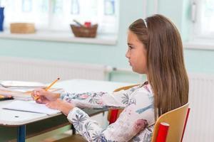 a scuola, gli studenti siedono sul banco: ritratto foto
