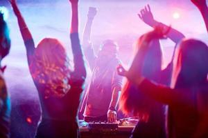folla danzante foto