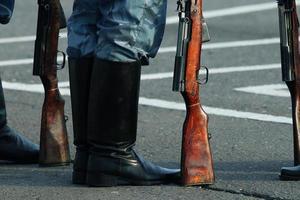 i soldati sfilano i piedi degli stivali foto