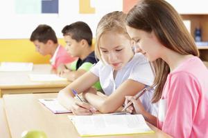 i bambini sono seduti in classe foto