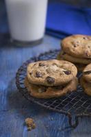 biscotti al cioccolato freschi al forno su una griglia di raffreddamento rustica