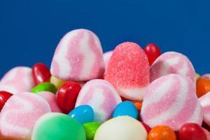 assortimento di caramelle su sfondo blu foto