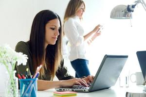 donna d'affari due che lavora nel suo ufficio. foto