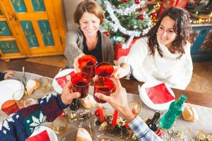 famiglia brindando per la cena di Natale a casa foto