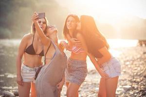 amici sorridenti su una spiaggia foto