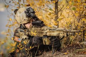 il soldato mira a un bersaglio di armi foto