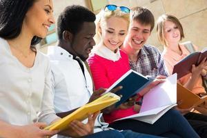 gruppo di studenti universitari che studiano foto