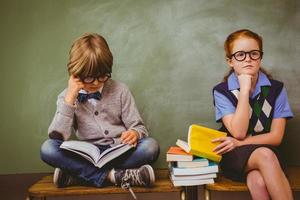 bambini con una pila di libri in aula foto