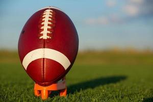 football americano ha dato il calcio d'inizio foto