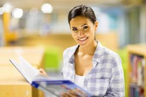 studentessa di college che legge un libro foto