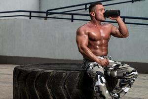 bodybuilder che beve foto
