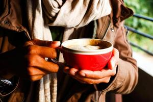 bevendo caffè foto